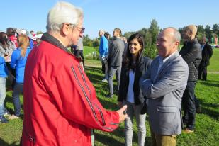 Linnavolikogu esimees Vladimir Šokman tervitab Veszprémi linnapead Gyula Porgat ja välissuhete juhti Rita Wahabi.