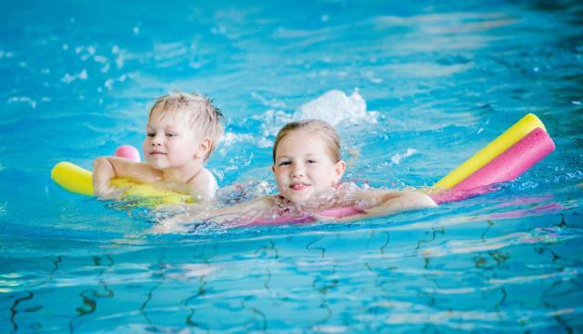 Lapsed ujuvad