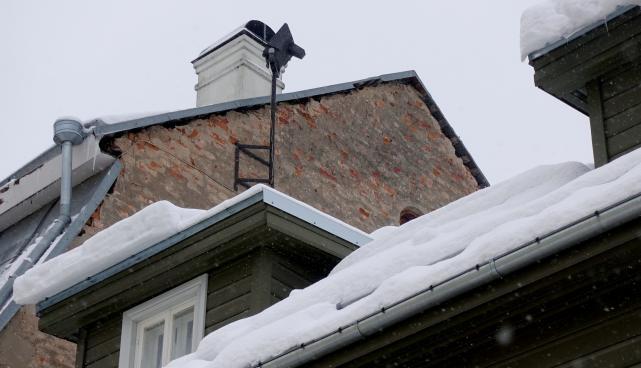 Hoonete katuseid tuleb regulaarselt jääst ja lumest puhastada
