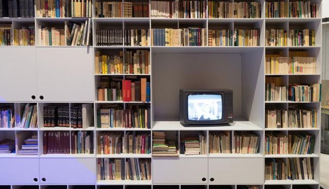 Eesti NSV aegne raamaturiiul koos keelatud trükistega salakapiga ERMi püsinäitusel 'Kohtumised'.