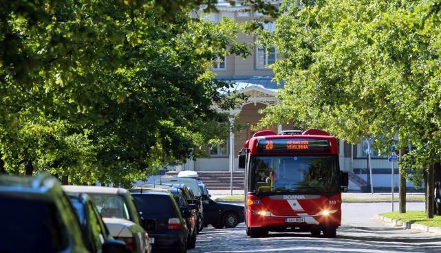 Buss raudteejaama ees