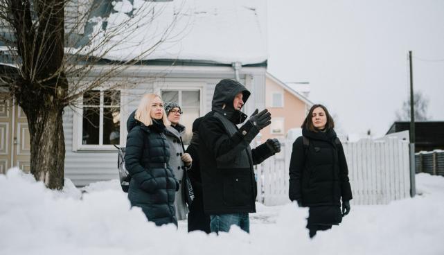 Pildil on kolmapäevahommikune ringkäik Supilinnas, kus Tartu linna üldplaneeringu- ja arenguteenistuse juhataja Indrek Ranniku tutvustab Kaunas 2022 delegatsioonile Tartule omast puitarhitektuuri ning Supilinna eripärasid.