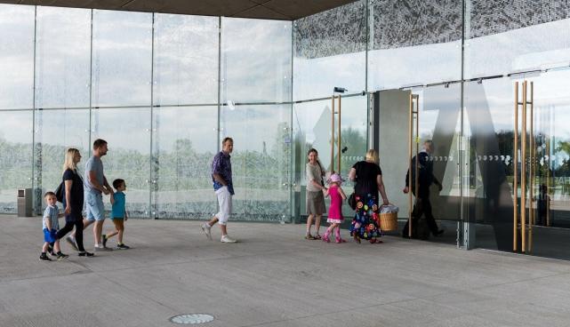 Muuseumiöö külastajad ERMis