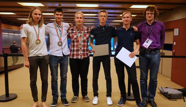 Rahvusvahelisel füüsikaolümpiaadil 2018 võistlesid (vasakult) Kaarel Kivisalu, Konstantin Dukatš, Richard Luhtaru, Robin Haljak ja Karl Paul Parmakson. Paremal juhendaja Siim Ainsaar.