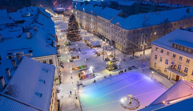 На Ратушной площади разбирается Городок Света, каток остается открытым