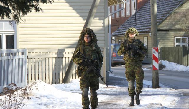 Sõjakooli kadetid kannavad linnas patrullides varustust