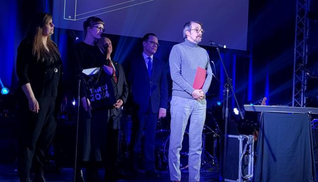 Tartu Uus Teater auhinda vastu võtmas.