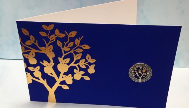 Alates sellest aastast saavad kõik Tartu linna ja maakonna aasta õpetajad hõbedast aumärgi, millel on kujutatud hariduse ja teadmiste sümbolina vilju täis õunapuud.