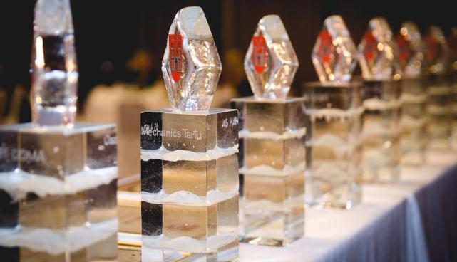 Fotol: auhind parimatele ettevõtetele - Eino Mäelti klaasskulptuur.