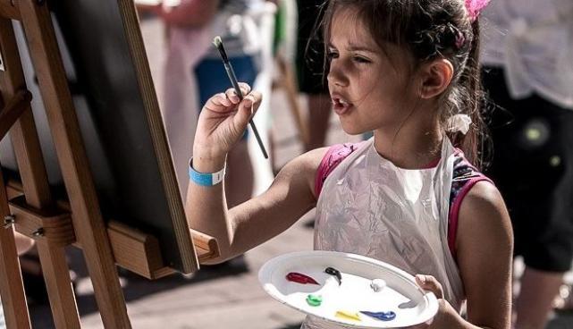 laps joonistab