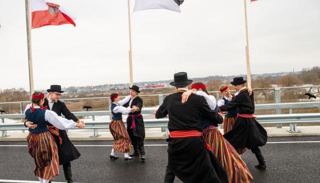 Rahvatantsijad Ihaste sillal, mis oli aasta tegu 2015