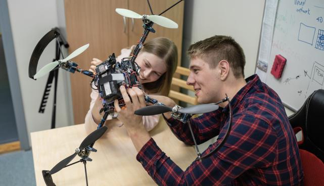 Robootika võistlusvaldkonna üks alakategooria on autonoomsete droonide võistlus.