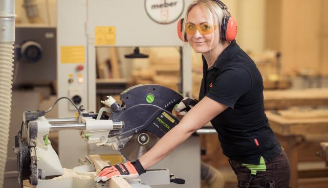 Pildil ettevõtja Liina Virumäe, kes õpib Kutsehariduskeskuses tisleriks.