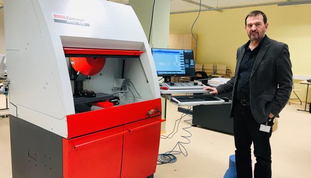 fotol: Tehnikaosakonna juht Ülo Ramp ja CNC pink, mis on osa tehnoloogialabori sisseaseadest.