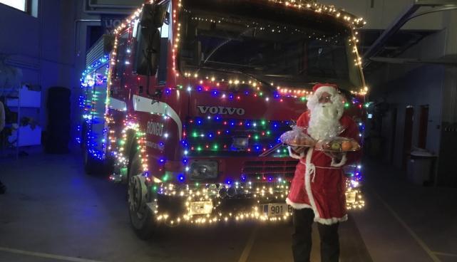 Tuledesäras päästeauto koos jõuluvanaga