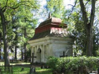 Ajaloomälestis Tartu Vana-Jaani kalmistu (reg nr 4317) ning ehitismälestis Raadi kalmistu Telleri kabel, 1794 (reg nr 7084). Foto: Egle Tamm