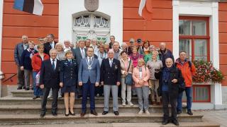 Külalised Rahvusvahelise Politseinike Assotsiatsiooni Lüneburgi harust koos linnapea Urmas Klaasiga Tartu raekoja ees