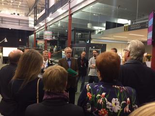 Tampere muuseumite ja vaba aja juht Toimi Jaatinen tervitab külalisi Vapriikkis.