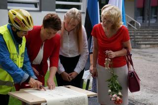 Koolirahu lepingu allkirjastamine Tartu Aleksander Puškini Kooli direktori Alina Braziulene poolt