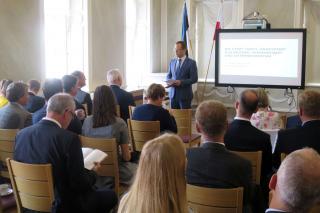 Linnapea Urmas Klaas tervitab Saksamaa Alam-Saksimaa liidumaa delegatsiooni.