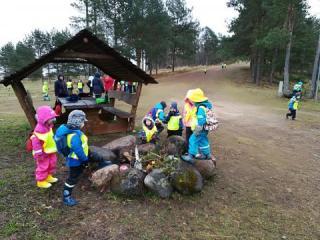"""Klaabu lasteaia lapsed projekti """"Aasta täis liikumist ja loovust"""" matkapäeval Palalinnas Lähtel"""