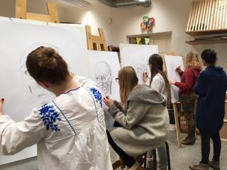 Miina Härma Gümnaasiumi 8. klassi õpilased kunstiõppe tunnis Tartu Lastekunstikoolis