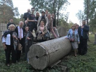Riia kultuuriväärtuste konverentsi külalised Riia vennaskalmistu lähistel.