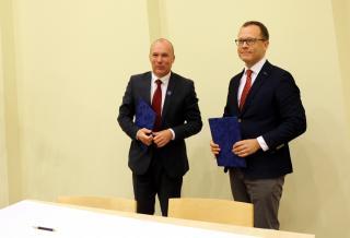 Veszprémi linnapea Gyula Porga ja Tartu linnapea Urmas Klaas pärast koostööleppe allkirjastamist.