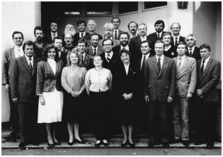 Tartu volikogu I koosseis Tartu inseneride maja ees 7. oktoobril 1993