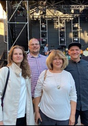 Tartu 2024 meeskonna liikmed Triin Pikk, Toomas Peterson ja Erni Kask koos Riia 2014 juhi Diāna Čivlega.
