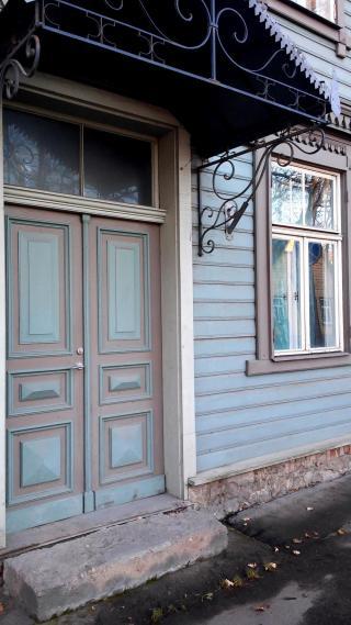 Algupäraste akende ja uste asendamine teistsuguse raamijaotuse, konstruktsiooni ja materjaliga avatäidetega rikub hoone välisilmet, samas kui hästi hoitud vanad ja õigesti valitud uued avatäited loovad hea mulje ja harmoonilise terviku. Fotod: kultuuriväärtuste teenistus