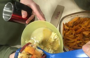 Fotol aasta alguses Tartu Toidujagamise korraldatud tasuta õhtusöök Paranduskeldris.