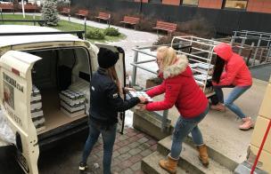 õpilased annetatud toidukaupu Tartu Hooldekodusse viimas